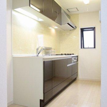 【3F】キッチンは小窓付きで広く。