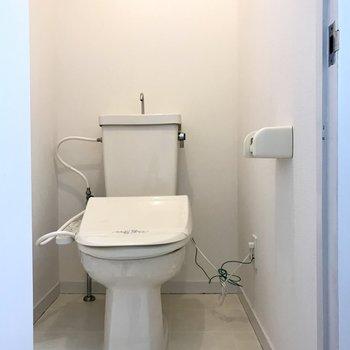 トイレはウォシュレット付き♩上部収納は自分で作ろう!