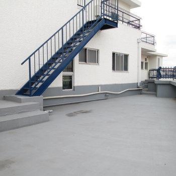 とても広いルーフバルコニー!5階の方の階段となっています