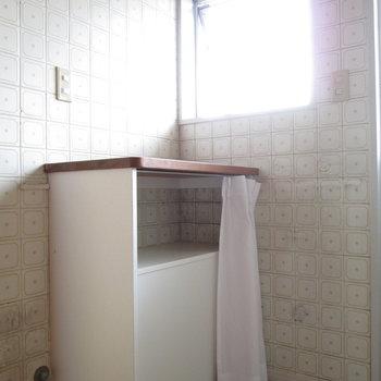 洗濯機の向かいにも台と小窓付きで明るさも確保できます。