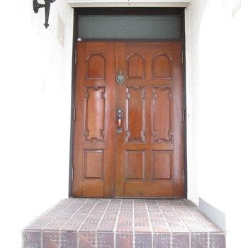 昔の時代に戻りそうな扉です。