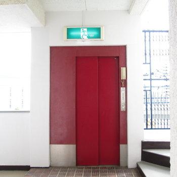 エレベーターは赤いのが特徴的。