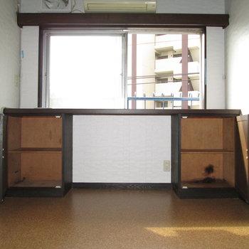【LDK】右は窓と収納付きの台です。