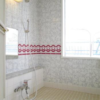 お風呂場にも窓がついているので明るいです!