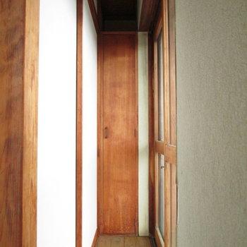 縁側には小さい収納スペースがあります。