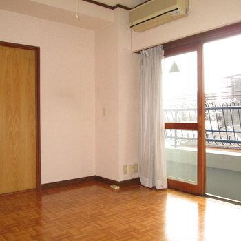 【和室側の洋室】ルーフバルコニーにも出れるので便利です。