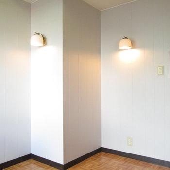 【WIC側の洋室】可愛いライトもついてます。