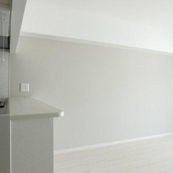クリーム色のクロスがいいな♪※写真は8階の反転間取り別部屋のものです。
