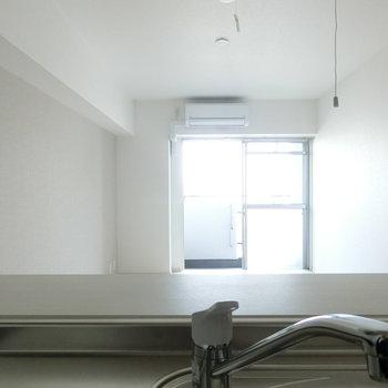 キッチンからの眺め。※写真は8階の反転間取り別部屋のものです。