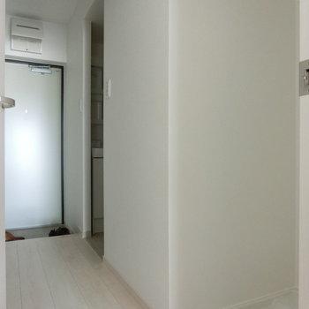 玄関と室内洗濯機置場。※写真は8階の反転間取り別部屋のものです。