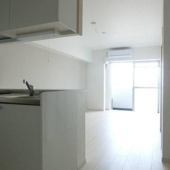オープンキッチンが嬉しいな。※写真は8階の反転間取り別部屋のものです。