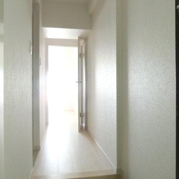 玄関からの眺め。※写真は8階の反転間取り別部屋のものです。