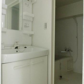 洗面台とお風呂。※写真は8階の反転間取り別部屋のものです。