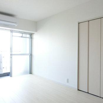 エアコンとクローゼット。※写真は8階の反転間取り別部屋のものです。