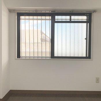 【洋室】寝室の窓を開けると、廊下が。