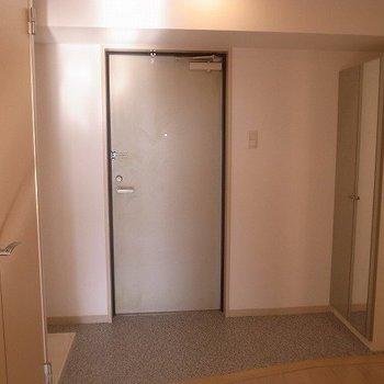玄関は土間が広く荷物も置けそうです(※写真は12階の反転間取り別部屋のものです)