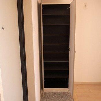 シューズボックス大容量(※写真は12階の反転間取り別部屋のものです)