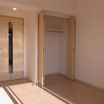 ナチュラルな家具が似合いそうですね(※写真は12階の反転間取り別部屋のものです)