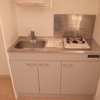キッチンはコンパクトな1口タイプ(※写真は12階の反転間取り別部屋のものです)