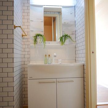 独立洗面台はシンプルだけど左手にあるゴールドのタオル掛けがかわいい