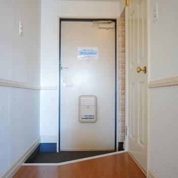 玄関の右手に靴の収納スペースがあります