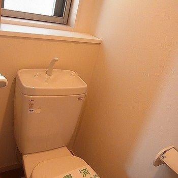 トイレにも小窓があって嬉しい。※写真は2階の反転似ている間取り別部屋のものです