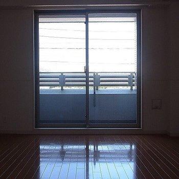 割と光が入ります。※写真は2階の反転似ている間取り別部屋のものです