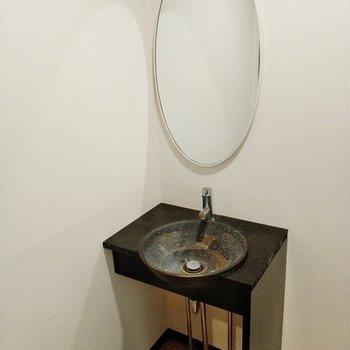 楕円の鏡に石の洗面ボウル。洗面台も素敵。(※写真は清掃前のものです)