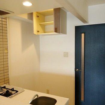 キッチン後ろに冷蔵庫置場。上部には収納もついています。