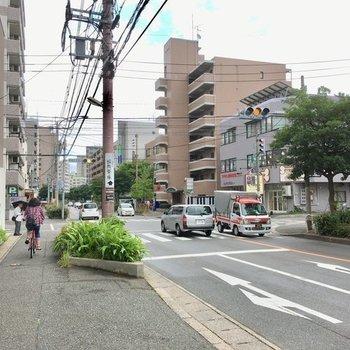 お部屋の前は、交通量・通行量も多い道路です。