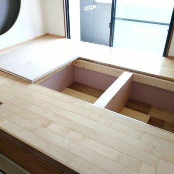 小上がりには床下収納も。使用頻度の低いものはここに。