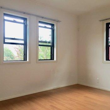 こちらは奥の洋室。窓がたくさん※写真は通電前のものです