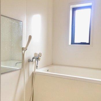 そして小窓の付いた明るい浴室。※写真は通電前のものです