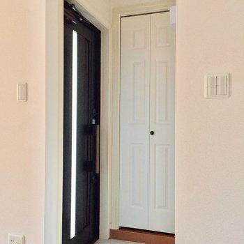 玄関はお部屋に面しています。※写真は通電前のものです