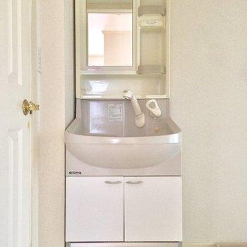 正面の洗面台と※写真は通電前のものです