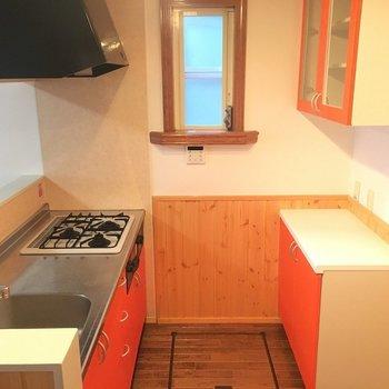 キッチンはこんな感じ、アクセントカラーが映えますね。※写真は1階の反転間取り別部屋です。
