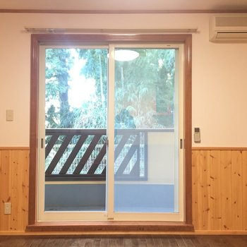 窓から緑が見えます。※写真は1階の反転間取り別部屋です。