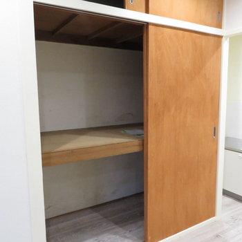 キッチン横に押し入れ式の収納が