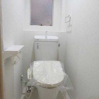トイレも真っ白。築古なんてどこ吹く風