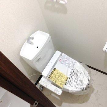 ピカピカのトイレ。※写真は同間取り別部屋のものです。