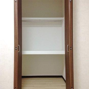 収納は奥行きが結構ありますね。※写真は同間取り別部屋のものです。