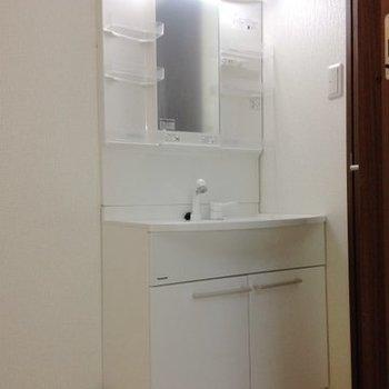 脱衣所も清潔感があります。※写真は同間取り別部屋のものです。