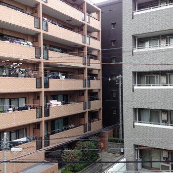 目の前もマンション。住宅街ですね。※写真は同間取り別部屋のものです。