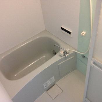 お風呂は標準的。※写真は同間取り別部屋のものです。