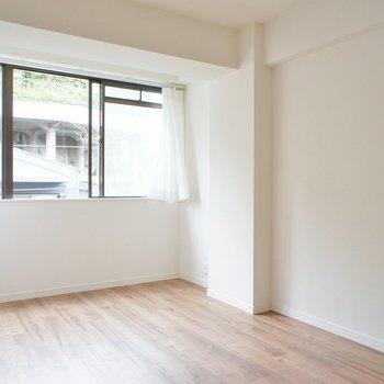 寝室、窓の位置が高いおけげでベッドも置きやすい!