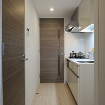キッチンまわりもシックなデザイン※写真は5階の同間取り別部屋のものです