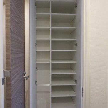 シューズボックスは、玄関から入ってすぐのところにあります※写真は5階の同間取り別部屋のものです