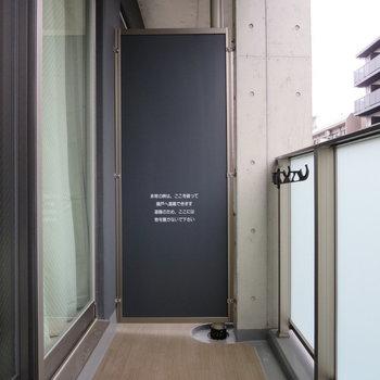 バルコニーの床が木目のようになっているのがステキ※写真は5階の同間取り別部屋のものです
