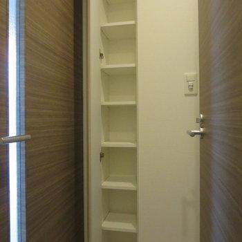 トイレの向かい側にも収納があります。※写真は前回募集時のものです