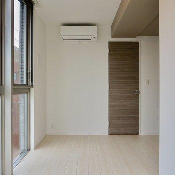 【LDK】白とブラウンの組み合わせがステキ※写真は7階の同間取り別部屋のものです
